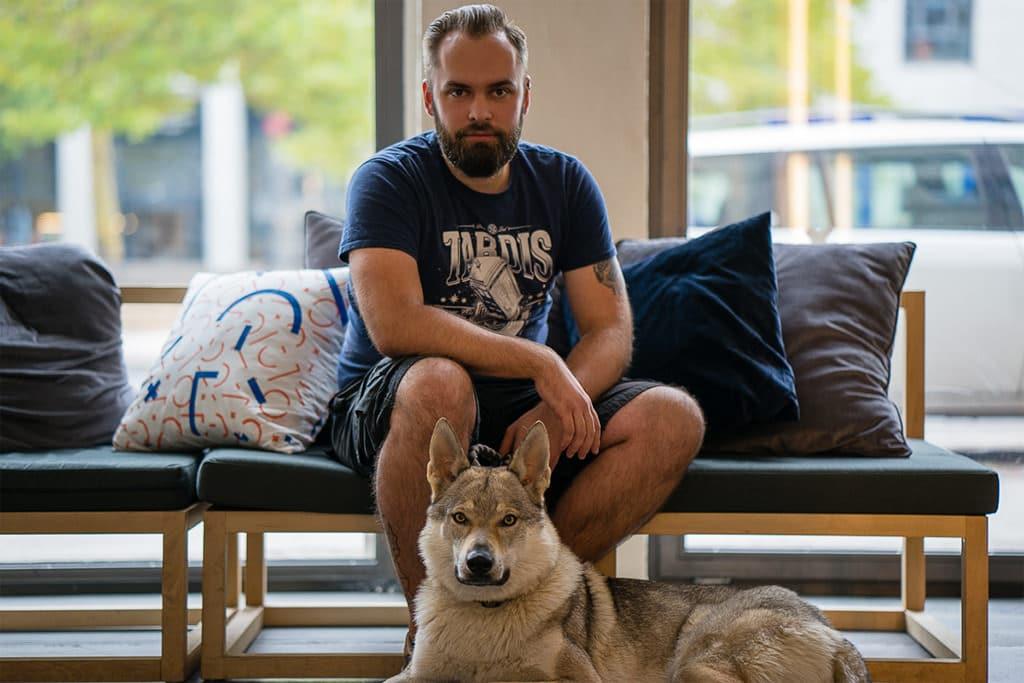 Daniel Pardella mit Wolfhund Bailey
